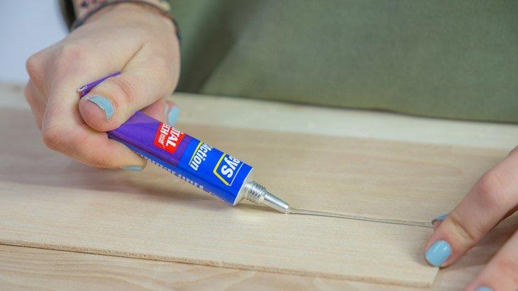 Aplicar pegamento en la madera de balsa para el soporte para cuchillos