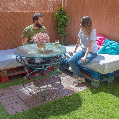 Cómo renovar una terraza con mimbre y césped artificial