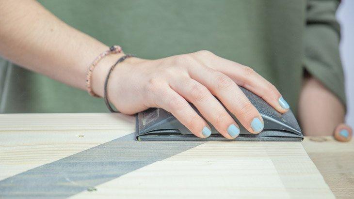 Lijado del cabecero para preparar la superficie para una segunda capa