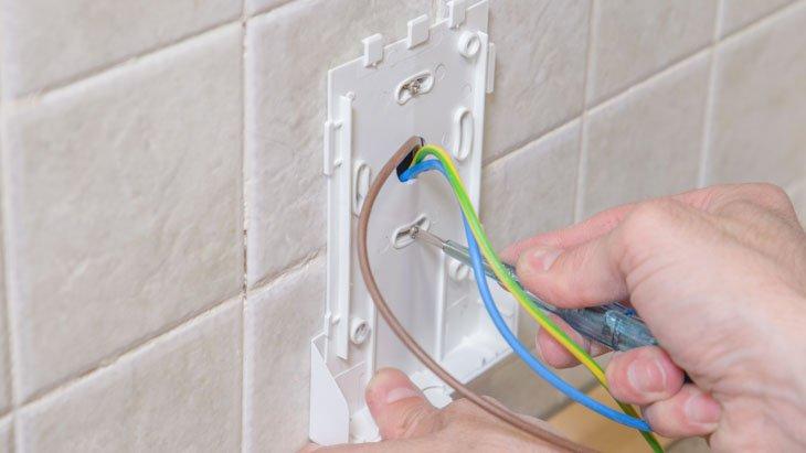 Mete los cables por el agujero de la base múltiple