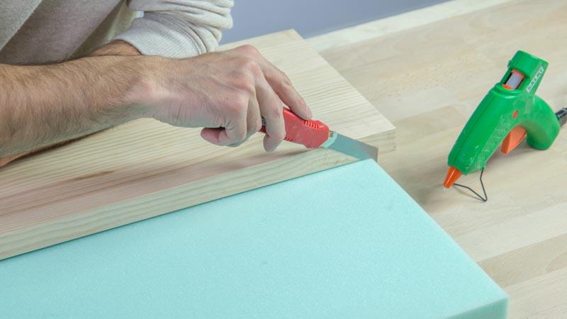 Corte de espuma para tapizar el banco de madera