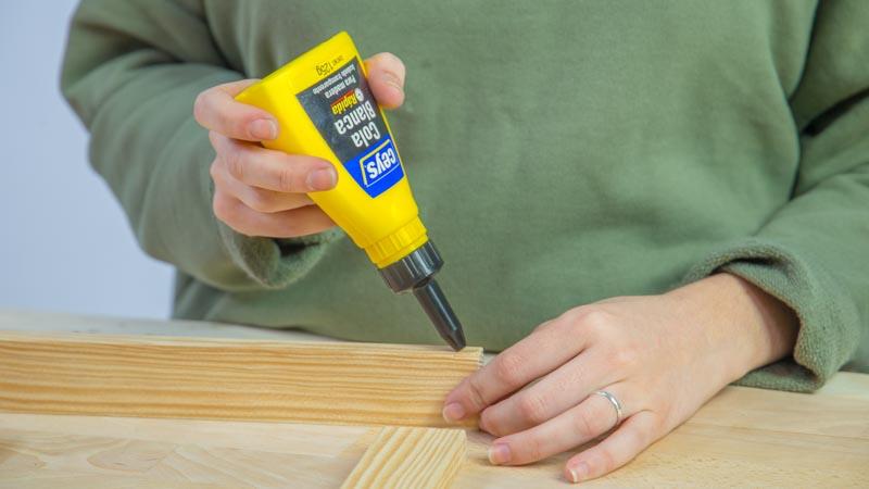 Pegado de los listones de madera para crear el telar decorativo