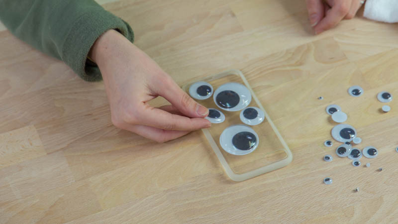 Diseño de los ojos encima de la funda del móvil