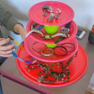 Joyero con platos y vasos de plástico