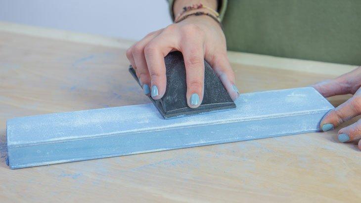 Lijado sobre chalk paint para darle efecto enjecido