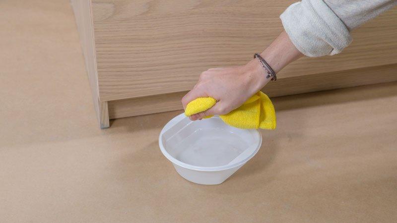 Limpieza de la cómoda de Ikea con agua y jabón