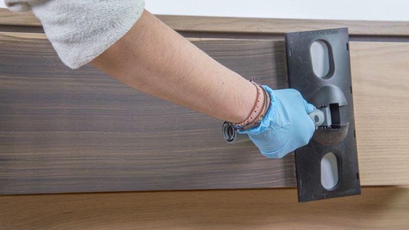 Apliación del barniz deco melamina para personalizar la cómoda