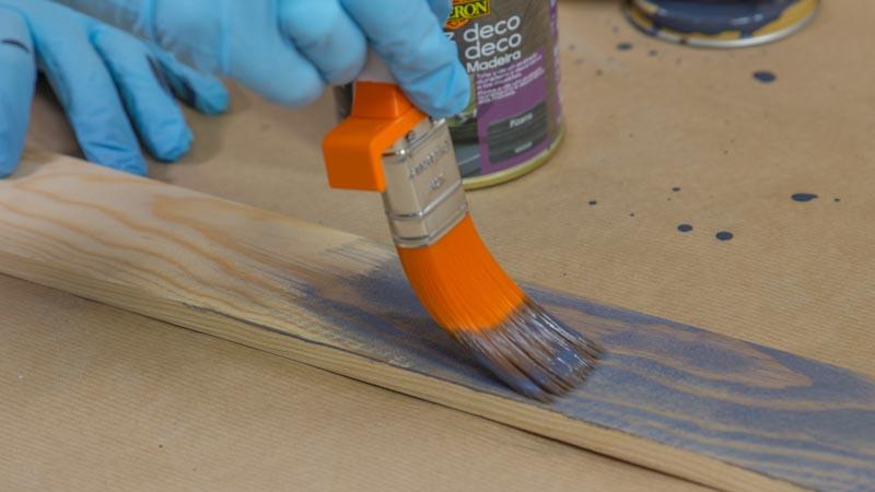 Pintado de los listones de madera para personalizar la cómoda