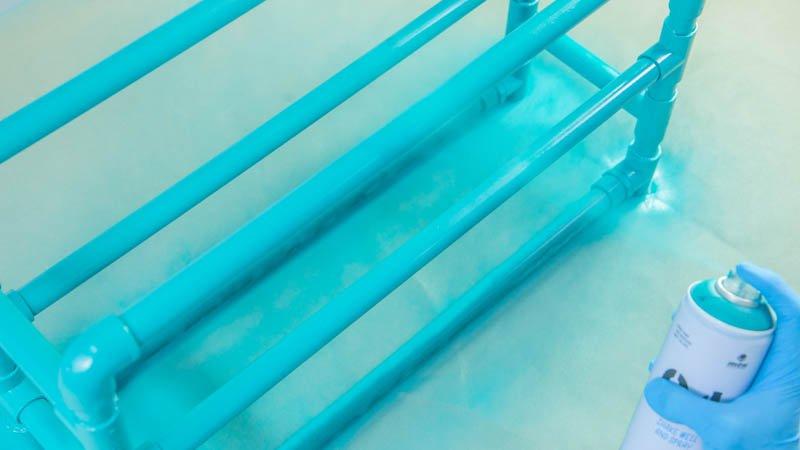 Aplicación de pintura en spray sobre el zapatero