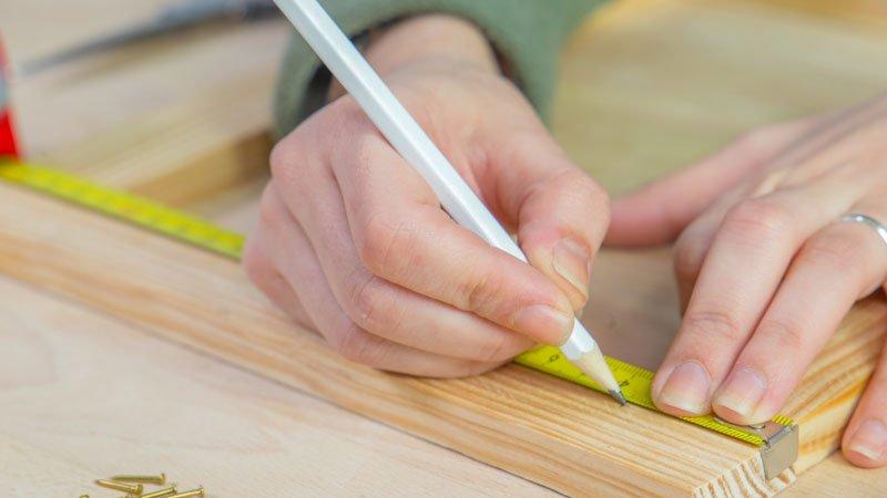 Marcado de la posición de los clavos en el telar decorativo