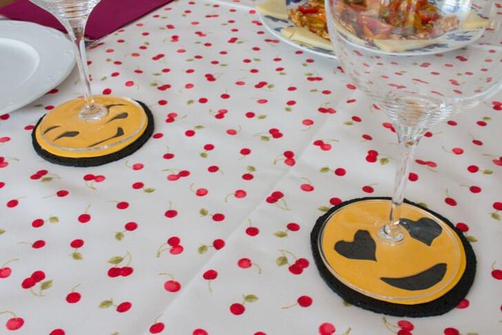 Posavasos con corcho y goma eva de emojis
