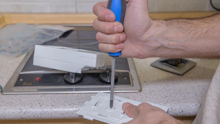 Quita la tapita de la base por donde pasarán los cables