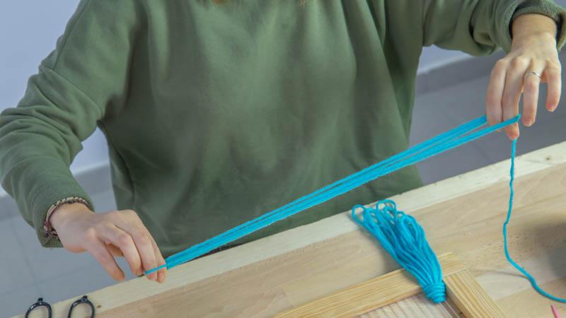 Nudos de lana en el inferior del telar