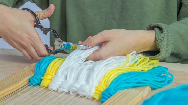Nudos de lana en el inferior de telar
