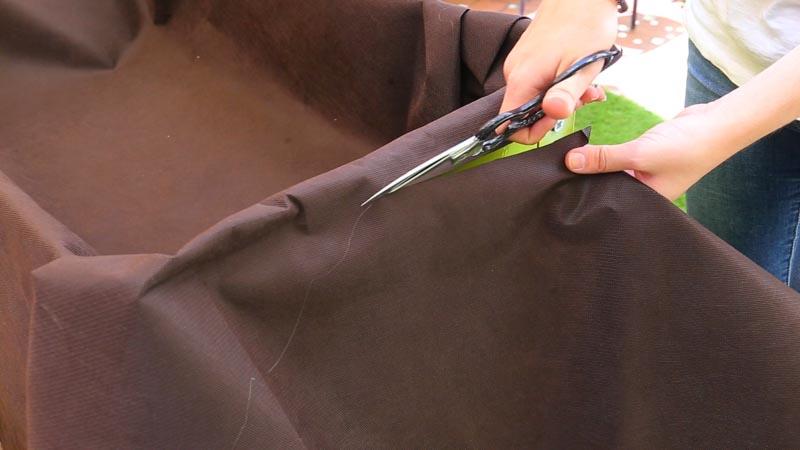 Cortado del sobrante de la tela geotextil
