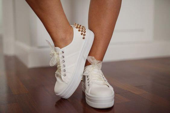 Customizar zapatillas_tachuelas doradas