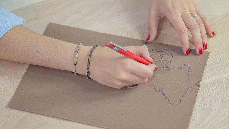 Dibujo de la silueta de un mono en goma eva marrón para hacer una marioneta
