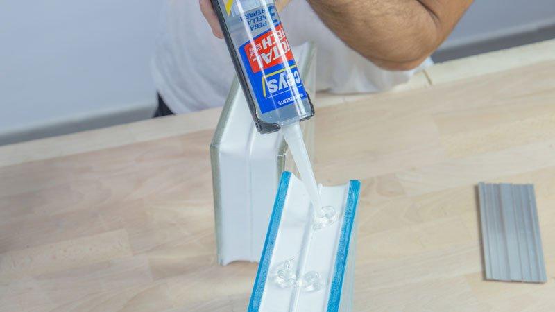 Aplicación del adhesivo sellador sobre los ladrillos de vidrio