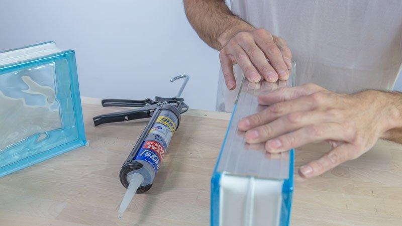 Pegado de las guías de aluminio sobre los ladrillos de vidrio