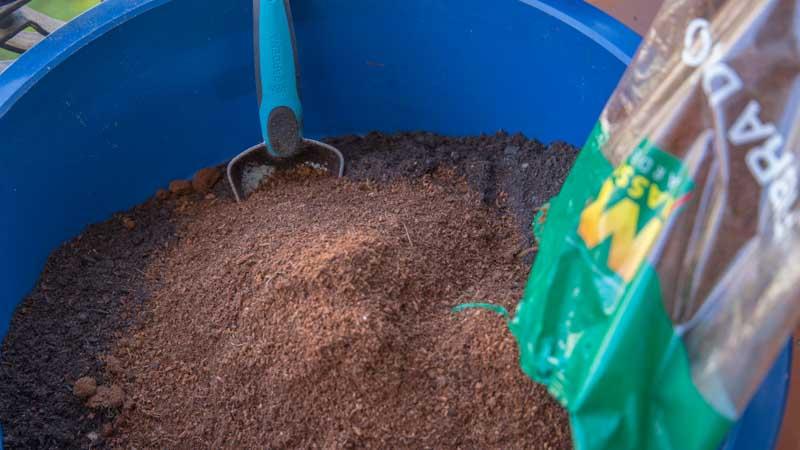 Pala mezclando fibra de coco con el sustrato