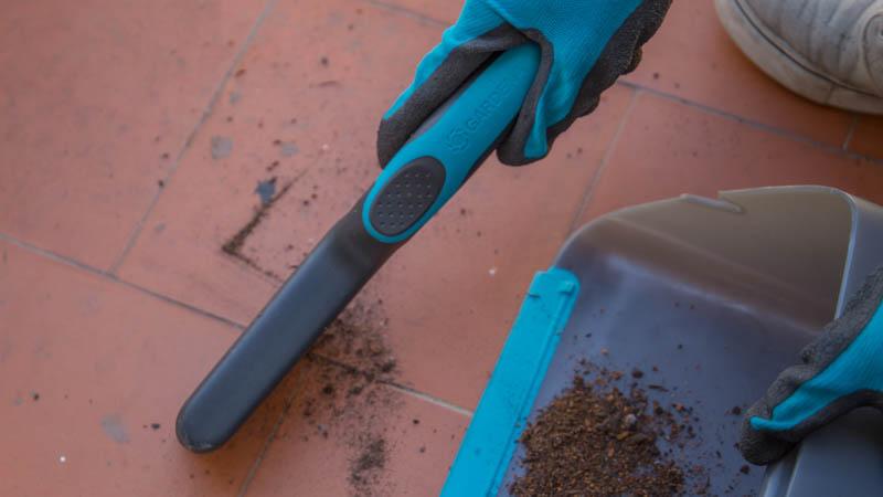 Cepillo de Gardena recogiendo la tierra