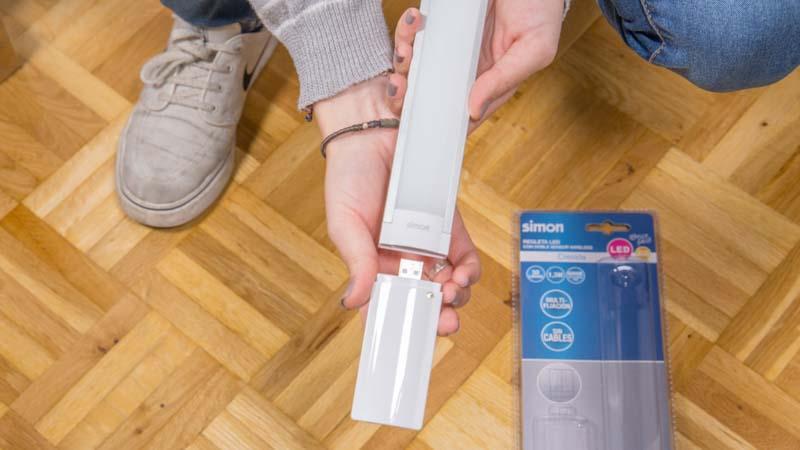 Instalación de la batería en la regleta LED Cresida para armarios