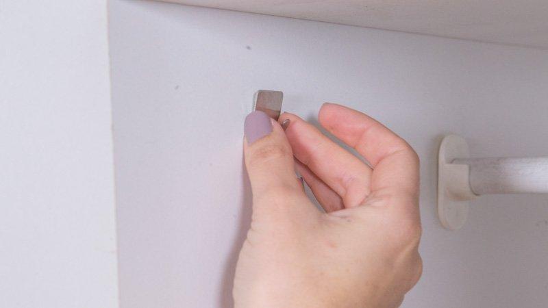 Instalación de un gancho en el armario para colgar la regleta
