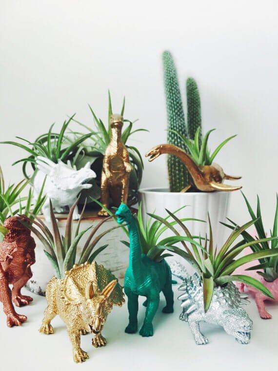 crea-macetas-con-objetos-reciclados-recicla-animales-de-juguete