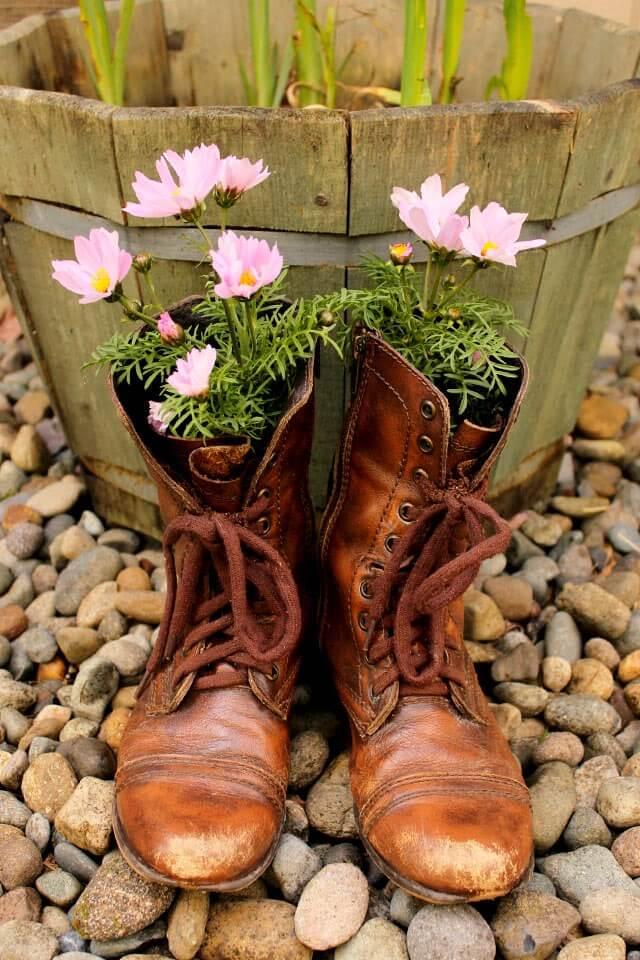 crea-macetas-con-objetos-reciclados-recicla-botas