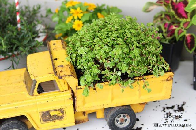 crea-macetas-con-objetos-reciclados-recicla-coche-de-juguete