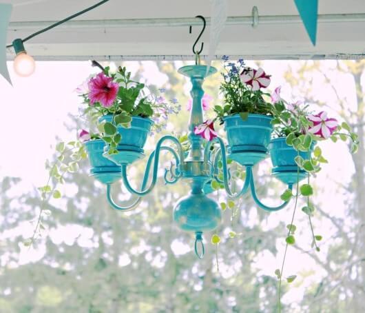 crea-macetas-con-objetos-reciclados-recicla-lampara