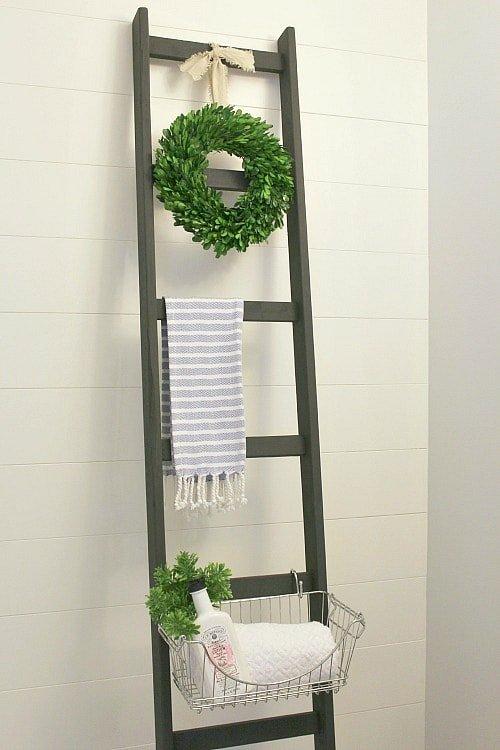 Escalera de madera para el baño