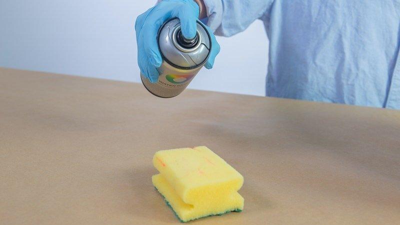 Pintura en spray sobre un estropajo para crear efectos