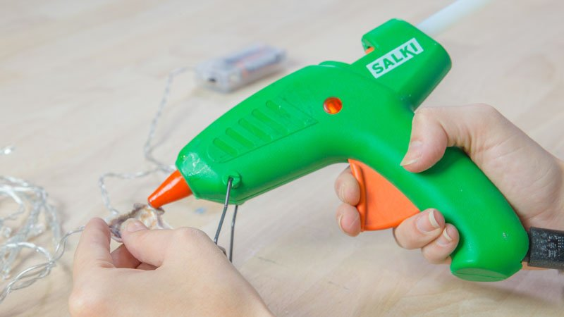 Pistola termoencoladora de Salki para pegar las luces a las conchas