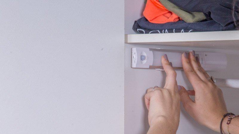 Pegado de la regleta LED en un armario