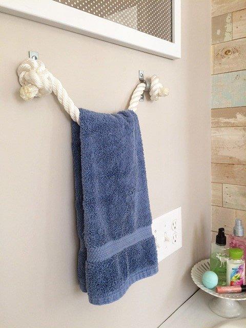 Soporte para las toallas hecho con cuerda