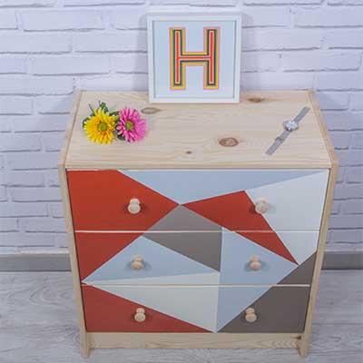 Cómoda de Ikea personalizada con motivos geométricos