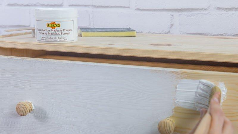 Aplicación de la imprimación para maderas porosas