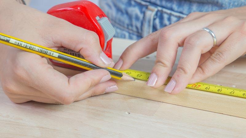 Marcado en la madera de las piezas de la mesita