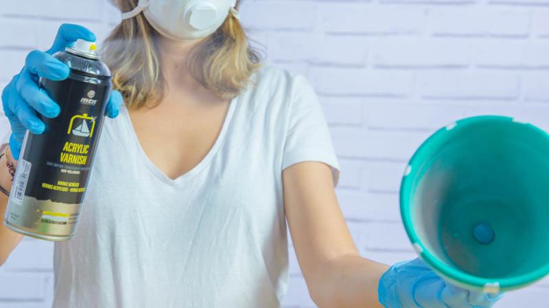 Aplicación de un barniz acrílico para mejorar el acabado
