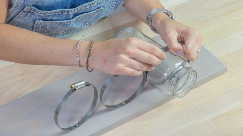 Colocación de los botes de vidrio en las abrazaderas