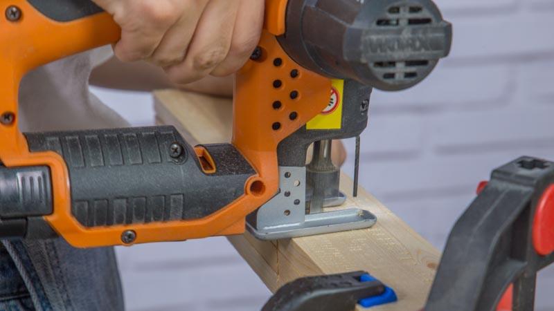 Sierra de calar cortando los listones de madera