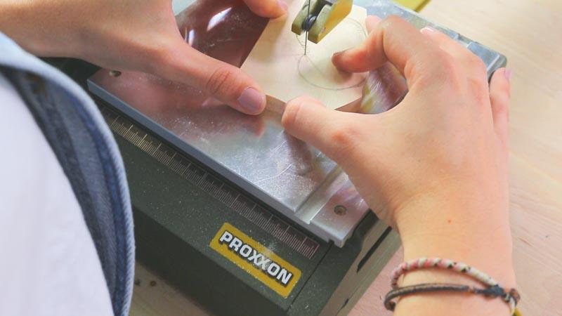 Sierra de marquetería cortando las piezas