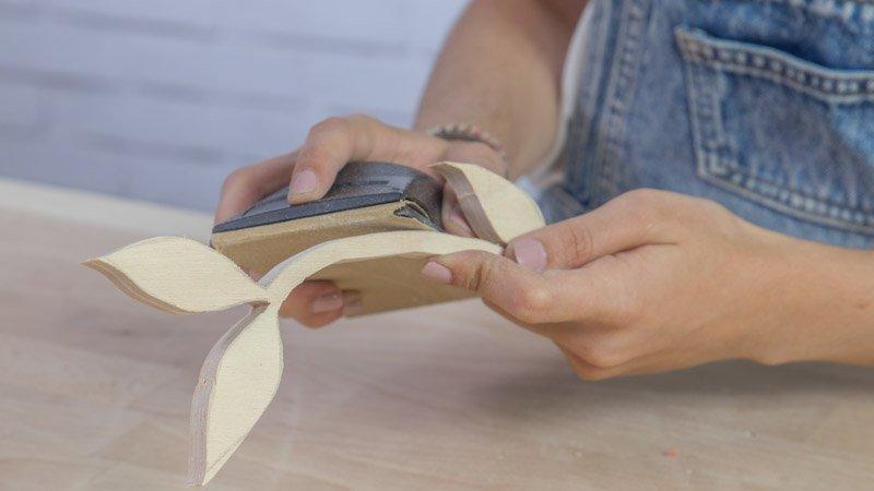 Lijado de piezas tras cortarlas con sierra de marqueteria