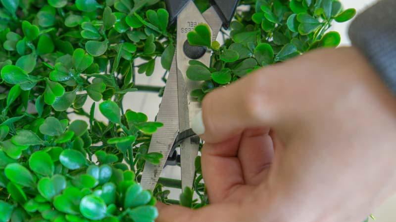 Fijación del jardín vertical artificial a la base con bridas