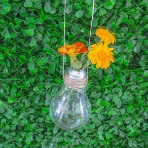 Floreros con bombillas recicladas