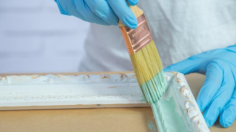 Aplicación de chalk paint sobre el marco