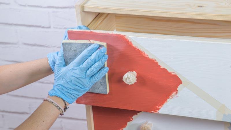 Lijado de la pintura tras la primera capa de crema de pintura