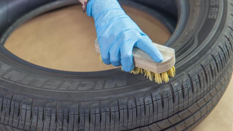 Cepillo limpiando el neumático