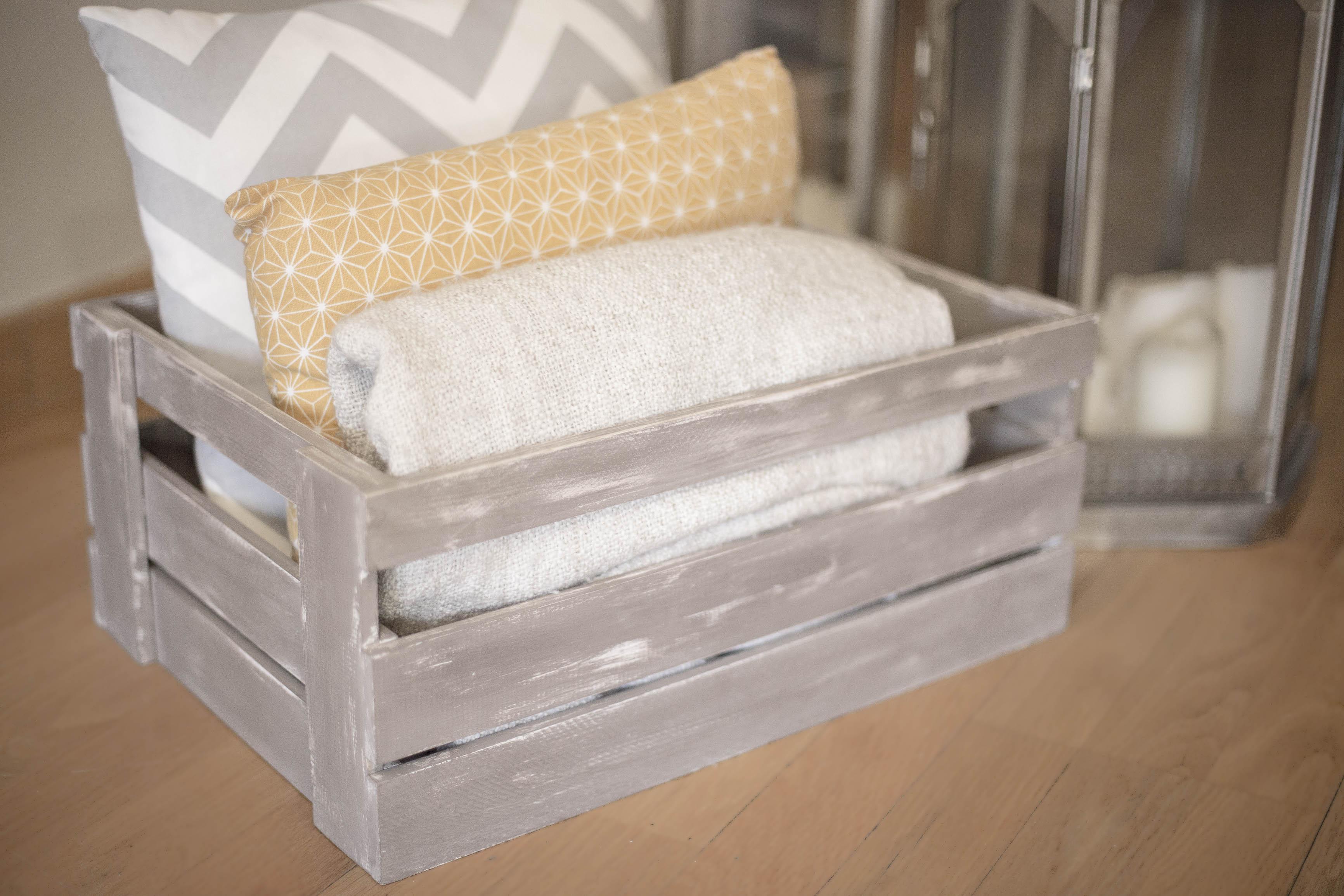 Caja pintada para guardar toallas.